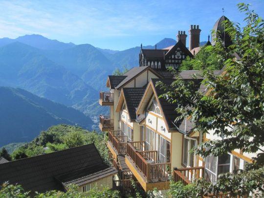 斜木屋顶与大片落地窗建筑风格